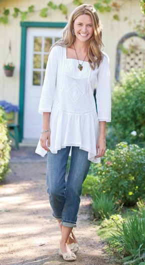 25 Classic Ladylike Looks For You: Spring Heading Into Summer. A white tunic top over rolled up jeans